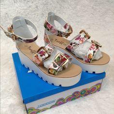 White Floral Flatform Sandals NWOT NO TRADE Traffic Shoes Platforms