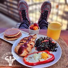 Happy Monday, all (especially to my friends in Venezuela)! Here's my late #breakfast (#brunch) ahead of work