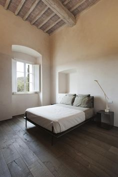 L'intervento effettuato dallo studio di progettazione CMT architetti in provincia di Siena, si concentra sul piano nobile di circa 400 mq con la realizzazione di un appartamento moderno e funzionale dotato di ogni confort.