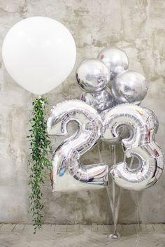 Гигантский белый шар с цветочной гирляндой | серебрянные шары сферы | фольгированные шары цифры | White big balloon silver orb flower garland