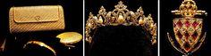 The Way We Dress: Os anos de Grace Kelly - Princesa de Mônaco  Grande parte das jóias da princesa foram desenhadas por joalheiros famosos do século XX. A bolsa, coroa e colar abaixo foram assinados por Cartier, o broche de animal ficou por conta da Hermès.