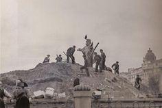 1939. Unos obreros retiran la arena que cubría la estatua de Neptuno y que servía para protegerla de las bombas que cayeron sobre Madrid durante la Guerra Civil.