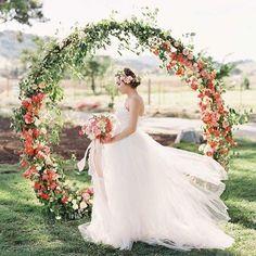 Somos super fãs de casamento ao ar livre por imagens como essa! Belíssima…