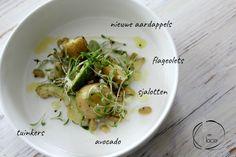 Deze aardappelsalade van nieuwe aardappels is zo rijk en vol van smaak dat je dit gerust als maaltijd kan serveren.Ik ben echt dol op avocado. Zijn uitgesproken zoete smaak en romige textuur past perfect bij het bittere, van de tuinkers en de fijne smaak van de lichtgroene, langwerpige boontjes. Kies voor een olijfolie van zeer goede kwaliteit en proef de…