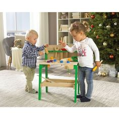 Die 20-teilige Werkbank enthält alles, was Ihre Nachwuchshandwerker brauchen. Kleine Werkzeuge aus Holz erlauben Ihrem Kind das Nachahmen von typischen Handwerkertätigkeiten: Sägen, Hämmern und Schrauben sind kein Problem! Ihre Kinder werden dieses liebevoll gestaltete Spielzeug lieben!