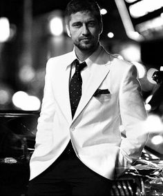 Oh, I love the white blazer with black slacks look! And it's Gerard Butler ...