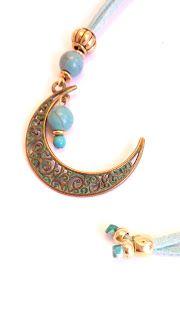 Colgante en forma de luna de ante azul claro // Moon shaped pendant light blue suede