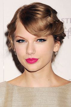 At her Wonderstruck fragrance launch, Swift channels a '50s siren with soft retro waves and a bold lip.