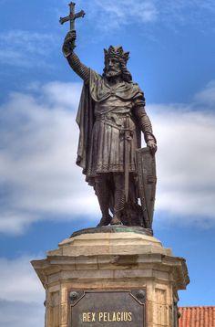 La leyenda vincula a Don Pelayo con Munuza, quien fuera gobernador musulmán de Gijón y con quien entró en lucha ofendido por el matrimonio no consentido entre el gobernador y la hermana de éste.11 Preside el conjunto la corona real española.10