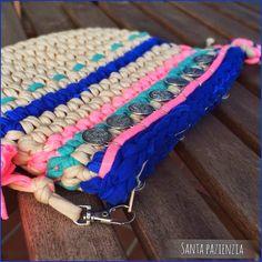 La cartera Hippie-Chic. El bolso del verano!   Santa Pazienzia. Bolso de trapillo. Estilo Hippie Chic, Hippy Chic, Crochet Clutch, Crochet Bags, Diy Handbag, Fabric Manipulation, Crochet Designs, Couture, Crochet Stitches