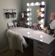 I've been spotting some fantastic DIY vanity mirror recently. Here are 17 ideas of DIY vanity mirror to beautify your room Makeup Vanity With Drawers, Makeup Table Vanity, Makeup Vanities, Makeup Tables, Makeup Table Ikea, Diy Makeup Desk, Makeup Vanity Case, Hair Vanity, Makeup Bar