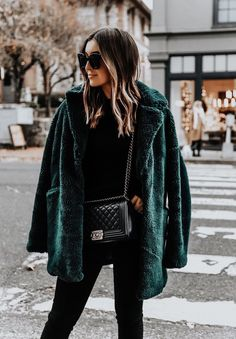 Faux fur coat Winter coat Green Fall outfit Autumn Outfit inspiration Streetstyle More on Fashionchick Looks Street Style, Looks Style, My Style, Fashion Mode, Look Fashion, Fashion Outfits, Trendy Fashion, Fashion Ideas, Fashion Black