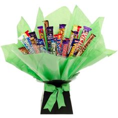 Spoil someone and make their day with this amazing Large Chocolate Bouquet Our Chocolate Bouquet has no fewer than eighteen bars of chocolates, all wrapped and presented to look like a beautiful bunch of flowers. only this bunch is considerably sweeter! Chocolate Hampers, Chocolate Diy, Chocolate Bouquet, Christmas Chocolate, Chocolate Lovers, Homemade Gifts, Diy Gifts, Fathers Day Hampers, Chocolates