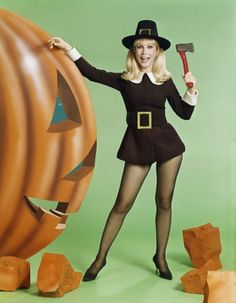 Barbara Eden as a pin-up girl in a Halloween/Thanksgiving ad for. Halloween Pin Up, Halloween Photos, Vintage Halloween, Happy Halloween, Halloween Witches, Barbara Eden, I Dream Of Jeannie, Shirley Jones, Vintage Ads