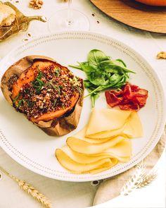 Composez le plat parfait pour Noël avec cette recette de patates douces garnies, accompagnées de fines tranches Fol Epi aux notes fruitées et de viande des Grisons, le tout sur une belle table aux touches dorées. Joyeuses fêtes !