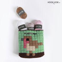 "Bag pixel Bird designed by hooklook.fr in the book ""Pixel party à crocheter et à tricoter"".  Sac pixel ""Oiseaux"" en minis Granny pixel. Crochet Pixel."