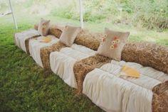 So einfach kann man eine tolle Sitzplatzecke für eine Hochzeit auf dem Land gestalten.