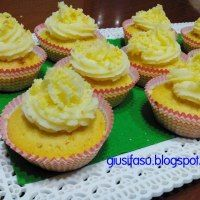 Cupcakes mimosa con crema al burro e limoncello   http://giusifasu.blogspot.it/2014/03/cupcakes-mimosa-con-crema-al-burro.html