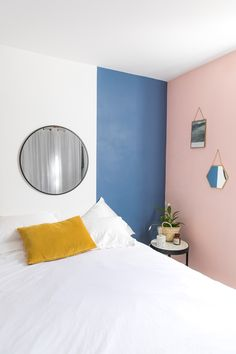 peinture-chambre-mur-bleu-rose I home sweet home blue and pink wall bedroom idea Blue And Pink Bedroom, Pink Bedroom Walls, Pink Walls, Glitter Room, Interior Design Courses Online, Diy Home Decor On A Budget, Dark Interiors, Room Paint, Decoration