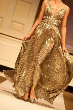 I'm leaning toward this style! I love a deep plunging v-neck, and a maxi-length. (Oscar de la Renta.  Pre-Fall 2012.)