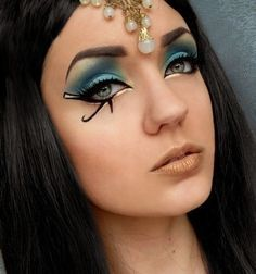No DIY Halloween costume is complete without the makeup! Step up your spooky game with these cute and creepy Halloween makeup looks. Cleopatra Halloween, Cleopatra Costume, Halloween Eyes, Halloween Makeup Looks, Creepy Halloween, Halloween Costumes, Egyptian Eye Makeup, Cleopatra Makeup, Egyptian Beauty