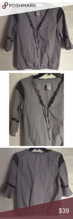 """FREE PEOPLE GRAY AND WHITE TOP Free People gray and white top. Excellent condition.  Size 8 100% Cotton  29"""" Bust  22"""" Length 15"""" Sleeves  Please comment with any questions and feel free to make an offer with the blue button! ⭐️ Purchase by noon EST and item(s) ship the same day!  Bundle items and save, just click the three dots in right hand corner💕 Free People Tops Blouses"""