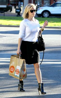 Damn! Reese Witherspoon is quite the chic grocery shopper! Check her out in badass booties, a sleek outfit and black wayfarer sunnies!