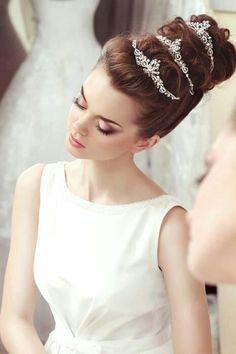 【ウエディング ドレス Wedding Dresses 王冠 crown 白 White】大きなお団子がクラシカル*プリンセス風アップの花嫁ヘアアレンジまとめ♡にて紹介している画像