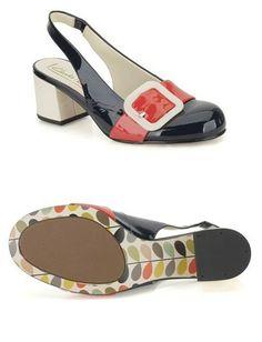 Orla Maggie Pumps im Vintage-Farbmix von Blau & Rot, abgerundet mit hübscher weißer Schnalle. Alle Orla Kiely Designer-Schuhe haben das charakteristische Blättermuster als Sohlenaufdruck. #OrlaKiely