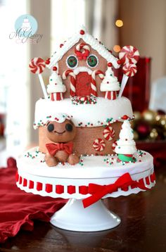 How to make a gingerbread house cake and a peppermint candy tutorial! Make A Gingerbread House, Gingerbread Cake, Christmas Gingerbread, Gingerbread Crafts, Gingerbread Decorations, Gingerbread House Designs, Christmas Cake Designs, Christmas Goodies, Christmas Baking
