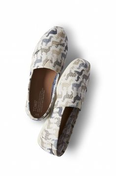 These llama printed Classics were inspired by one of the regions where we give. Llama Decor, Jeans Azul, Llama Print, Cute Llama, Acl, Alpacas, Crazy Shoes, Cute Shoes, What To Wear