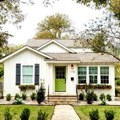 Beautiful And Affordable Small Cottage House Plan Ideas - Unique home designs incorporate some modern floor plans and contemporary house plans in addition to many others that wouldn't be found along a regular neighborhood street. Style At Home, Small Cottage Designs, Small Cottage Homes, Casa Patio, Bungalow Homes, Bungalow Exterior, Bungalow Ideas, Exterior Shutters, Cottage Exterior
