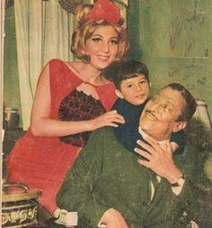 عماد حمدي وزوجته ناديه الجندي وابنه هشام سنة 1964 Arab Actress, Egyptian Actress, Egyptian Movies, Arab Celebrities, Rare Photos, Film, Movie Stars, Actors & Actresses, Famous People