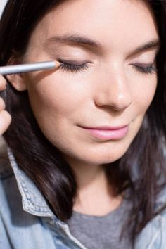 Applying makeup doesn't have to be difficult. With these simple makeup tips for beginners, you'll look like you're already a professional!