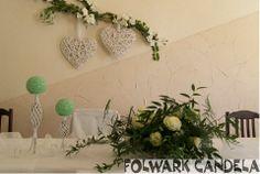 Wedding table decorated with candles on beautiful candlesticks Stół weselny ozdobiony świecami na przepięknych świecznikach