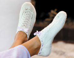 Brug de korte sokker med bindebånd uden på et par strømpebukser til ballerinasko – så er du vinterklar. Knitted Slippers, Slipper Socks, Crochet Slippers, Cute Crochet, Knit Crochet, Victorian Dolls, Boot Cuffs, Ankle Socks, Crochet Clothes