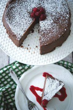 The Capital Grille's Chocolate Espresso Cake is a flourless decadently rich chocolatey dessert made with semi sweet chocolate and espresso served with raspberry sauce. Espresso Cake, Chocolate Espresso, Healthy Cake Recipes, Snack Recipes, Dessert Recipes, Cupcake Recipes, Dark Chocolate Recipes, Chocolate Desserts, Raspberry Sauce