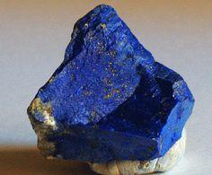 """Esta gemapreciosa se ha utilizado desde hace más de 6000 años en objetos decorativos y de joyería. Su nombre deriva de """"Lapis"""", la palabra latina para piedra y """"azul"""", la…"""