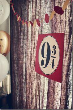 Idee : Schild basteln und aufhängen über einem Türrahmen, darunter ein aus Stoff angemalten Vorhang (wie eine Wand) aufhängen