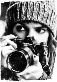 Black and white photography. Camera Photography, Photography Tips, Portrait Photography, Girls With Cameras, Photo Portrait, Foto Instagram, Foto Pose, Pictures Of People, Female Photographers
