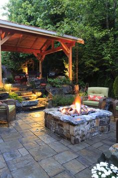 DIY fire pit designs ideas - Do you want to know how to build a DIY outdoor fire pit plans to warm your autumn and make s'mores? Find inspiring design ideas in this article. Cozy Backyard, Backyard Retreat, Fire Pit Backyard, Backyard Landscaping, Landscaping Ideas, Backyard Seating, Backyard Ideas, Cozy Patio, Deck Patio