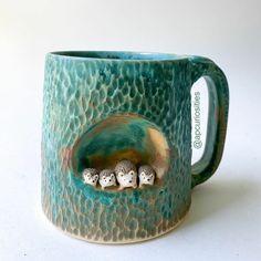 Canecas artesanais que vão deixar seu café mais feliz Clay Mugs, Ceramic Mugs, Ceramic Pottery, Sand Writing, Wood Kiln, Animal Mugs, Ceramics Projects, Ceramic Animals, Animal Sculptures