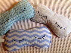 Lembrancinha - Máscara de dormir com olhinhos pintados Girls Sleepover Party, Slumber Parties, Birthday Parties, Bff, Medicine Bag, Spa Party, Textiles, Easy Sewing Projects, Sleep Mask