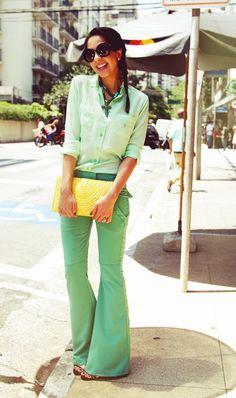 helogomes-look-verde-calca-camisa-bolsa-amarela-palha