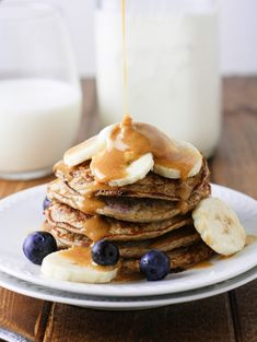 Super easy, Skinny Banana Blueberry Pancakes made in 15 minutes. Only 219 calories per serving which make these the perfect morning pick me up! Low Calorie Pancakes, Pancake Calories, 21 Day Fix, Sin Gluten, Gluten Free, Pancakes Made With Banana, Skinny Pancakes, Vegan Pancakes, Blueberry Protein Pancakes