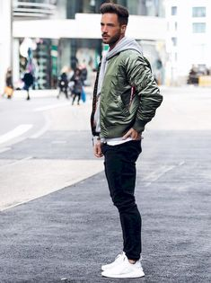 If you're looking for mens college fashion and outfit ideas, this college guy clothing is what your wardrobe needs. These cool clothes and brands for men are popular if you have no idea what to wear… Mode Masculine, Mens College Fashion, College Guys, Look Man, Herren Outfit, Bomber Jacket Men, Bomber Jackets, Mode Outfits, Look Fashion