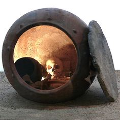 Enterramiento en tinaja típico de la segunda fase de la cultura de El Argar, Bronce Pleno en el sur de España.
