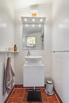 FINN – ALEXANDER KIELLANDS PLASS - Lekker 3(4)-r loftsleilighet med herlig vinterhage, mulighet for peis og 90 kvm gulvareal! Hanging Canvas, Work Surface, Modern Kitchen Design, Gallery Wall, Bathtub, Minimalist, Real Estate, Layout, Home