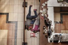 Premios World Press Photo 2013. Fotografía realizada por el estadounidense Tyler Hicks, de The New York Times, segundo premio en la categoría de Noticias de Actualidad. Una mujer junto a dos niños escondidos durante el asalto a un centro comercial de Nairobi, el 21 septiembre del pasado año.