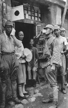 [Photo] Japanese soldiers taking a break from duty with Chinese civilians, China, circa late 1937 to early 1938 Military Art, Military History, Warring States Period, Evil Empire, Japanese History, War Photography, Army Soldier, China, Second World